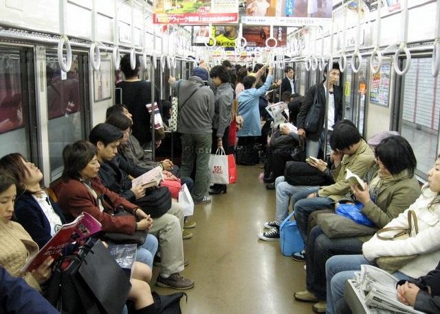 Bên trong tàu điện ngầm ở Nhật Bản