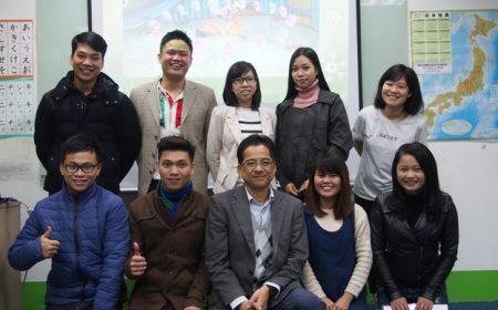 Thầy giáo Takeshi Yahara chụp ảnh lưu niệm cùng với học viên
