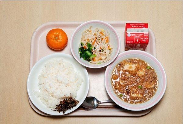 bữa trưa của học sinh tiểu học Nhật bản