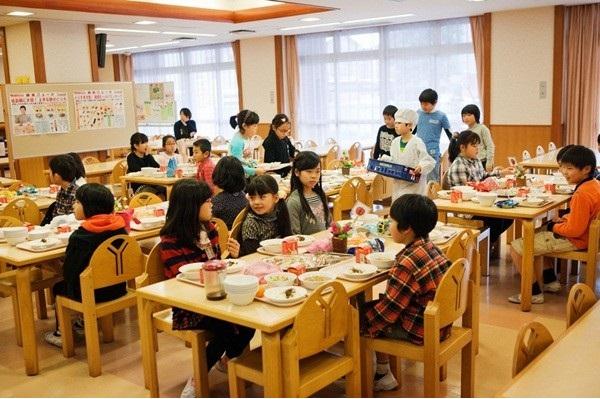 bữa trưa của trẻ em nhật tại trường tiểu học