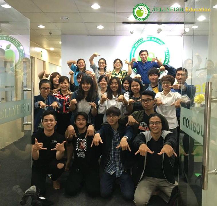 Các bạn du học sinh kỳ tháng 4/2017 cùng thầy cô ở Jellyfish Eduction Hồ Chí Minh