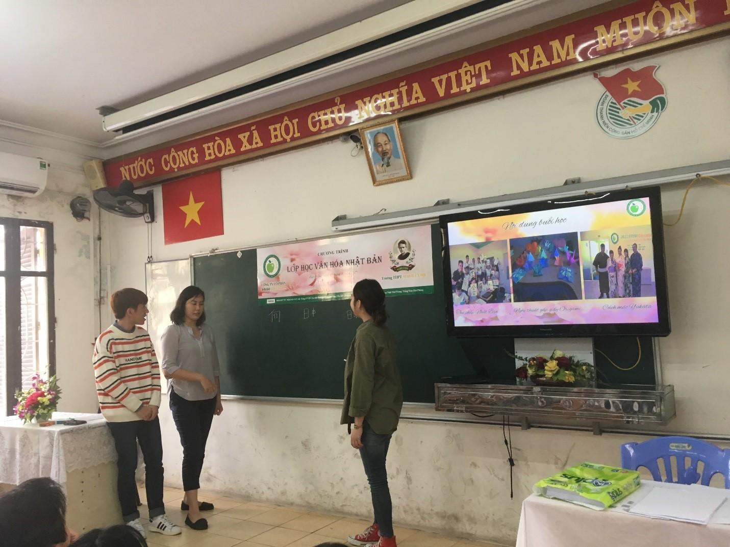 Hình ảnh: Các thầy cô hướng dẫn cho học sinh cách viết chứ Hán