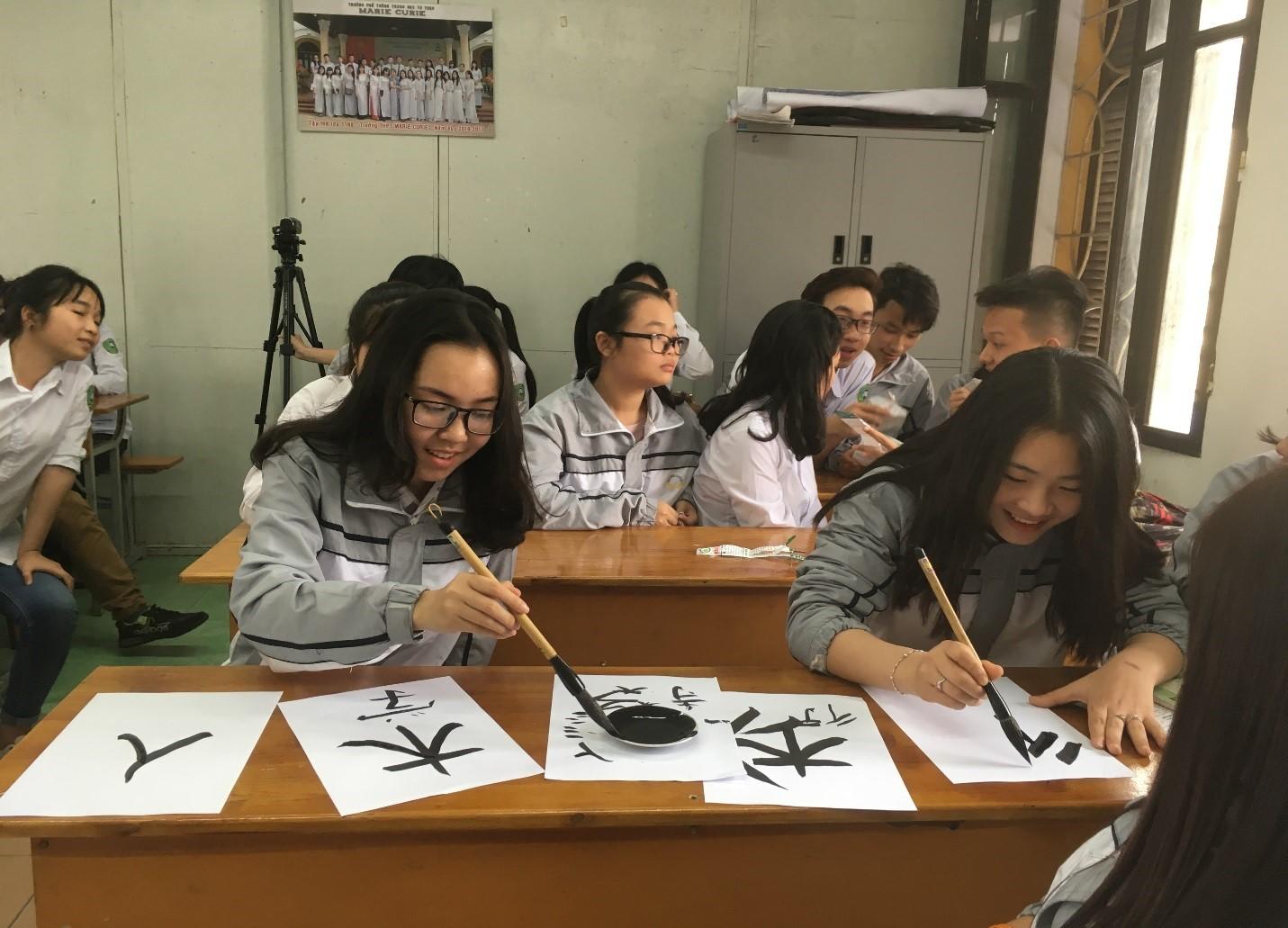 Hình ảnh: Các bạn học sinh thực hành viét thư pháp