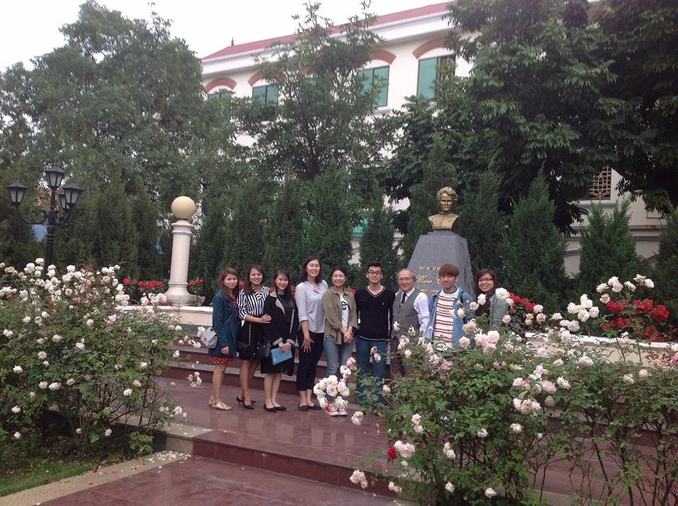 Hình ảnh: Cán bộ, nhân viên và các thầy cô giáo Jellyfish chụp ảnh lưu niệm cùng Thầy giáo Hoàng Xuân Khoá - hiệu trưởng nhà trường