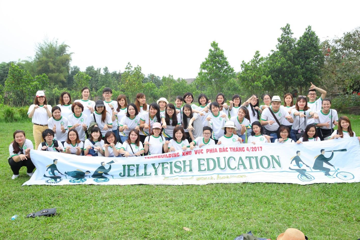 Jellyfish Education Miền Bắc (Hà Nội và Hải Phòng) chụp ảnh kỷ niệm tại làng sinh thái Long Việt