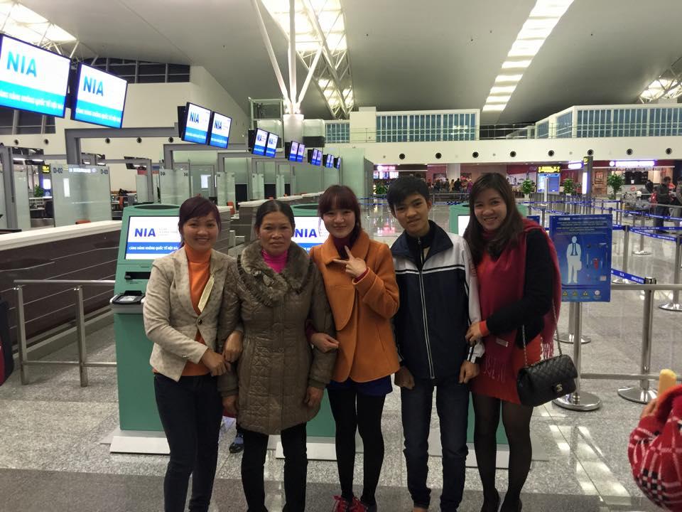 Hình ảnh: Nguyễn Thị Linh chia tay gia đình để sang du học Nhật Bản vào tháng 01/2015