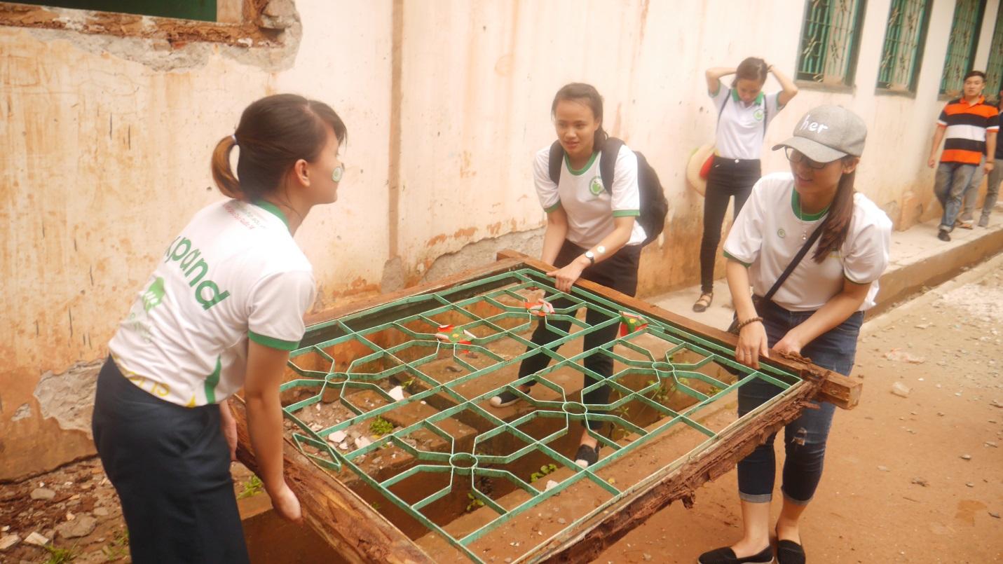 Các tình nguyện viên của Jellyfish Education đang hỗ trợ công tác dọn dẹp, sửa sang lại trường học