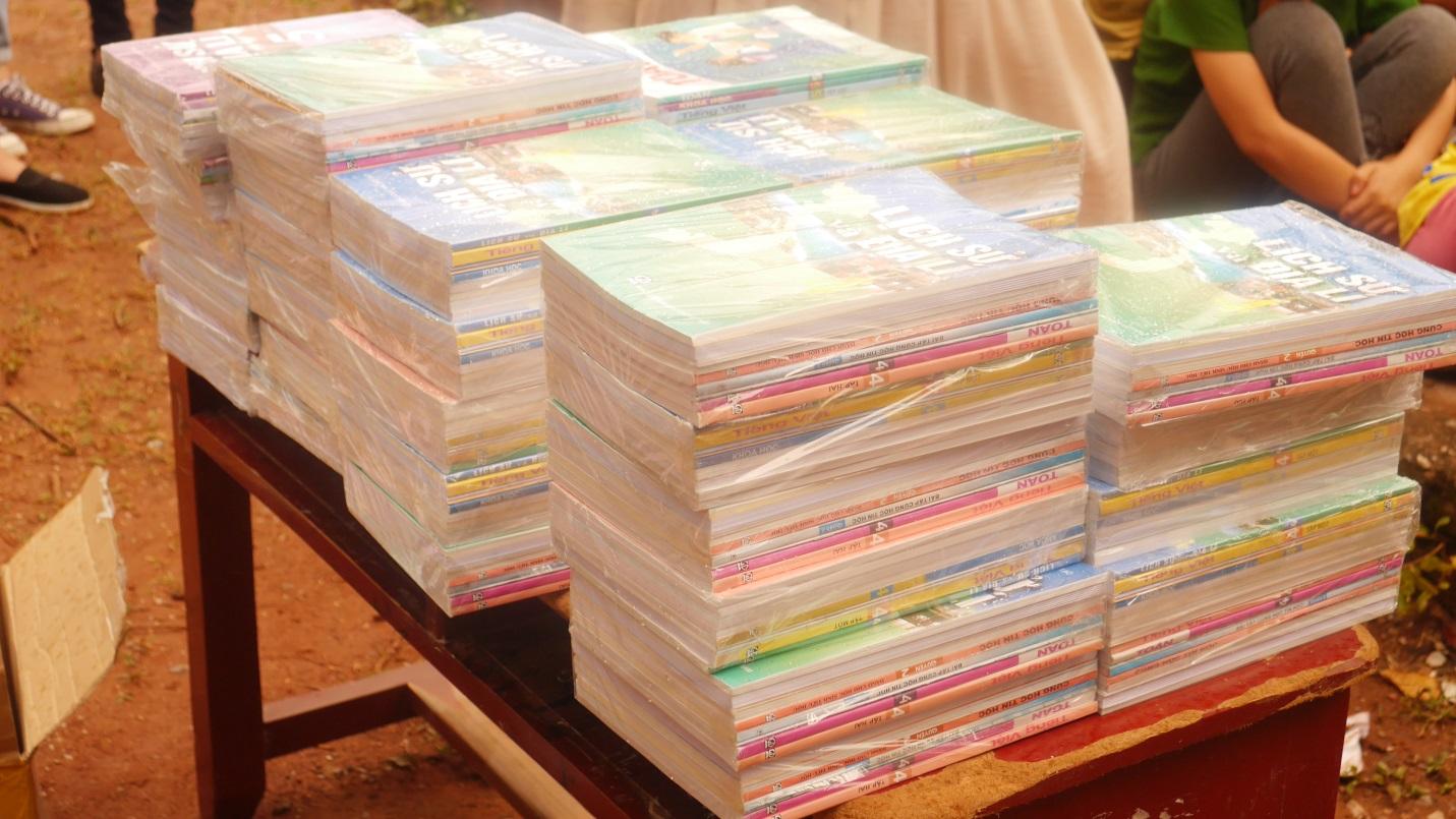 Những bộ sách giáo khoa mới được trao tận tay các em nhỏ vùng cao tỉnh Hòa Bình