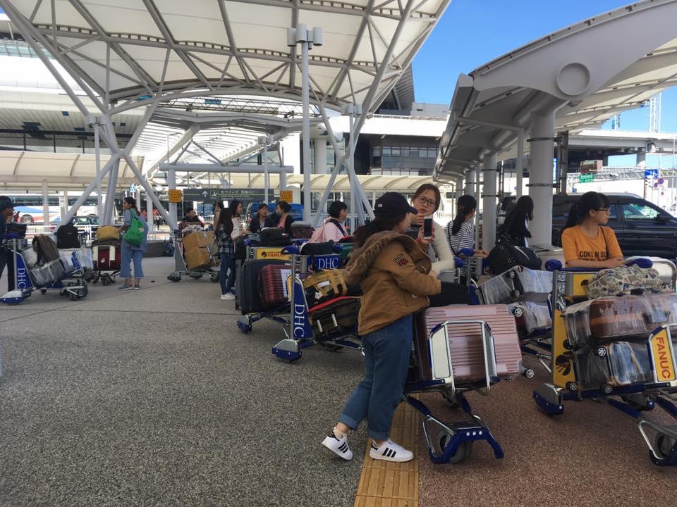 Hình ảnh: DHS di chuyển ra xe Bus để đi về KTX