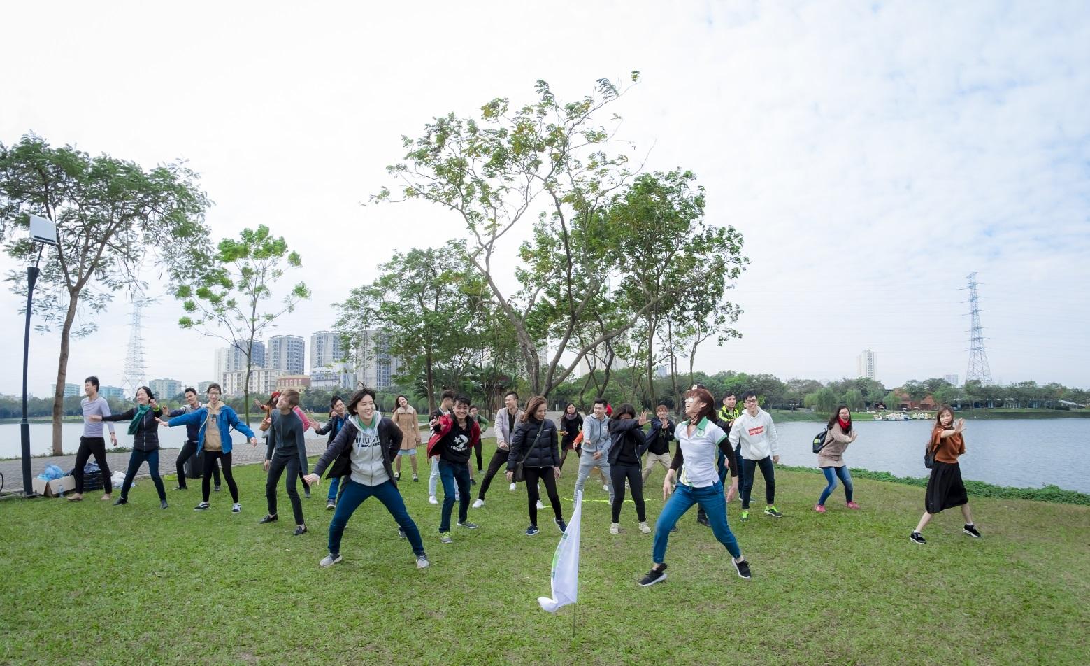 Hình ảnh: Các bạn học sinh nhảy Soran Bushi cùng các thầy cô giáo