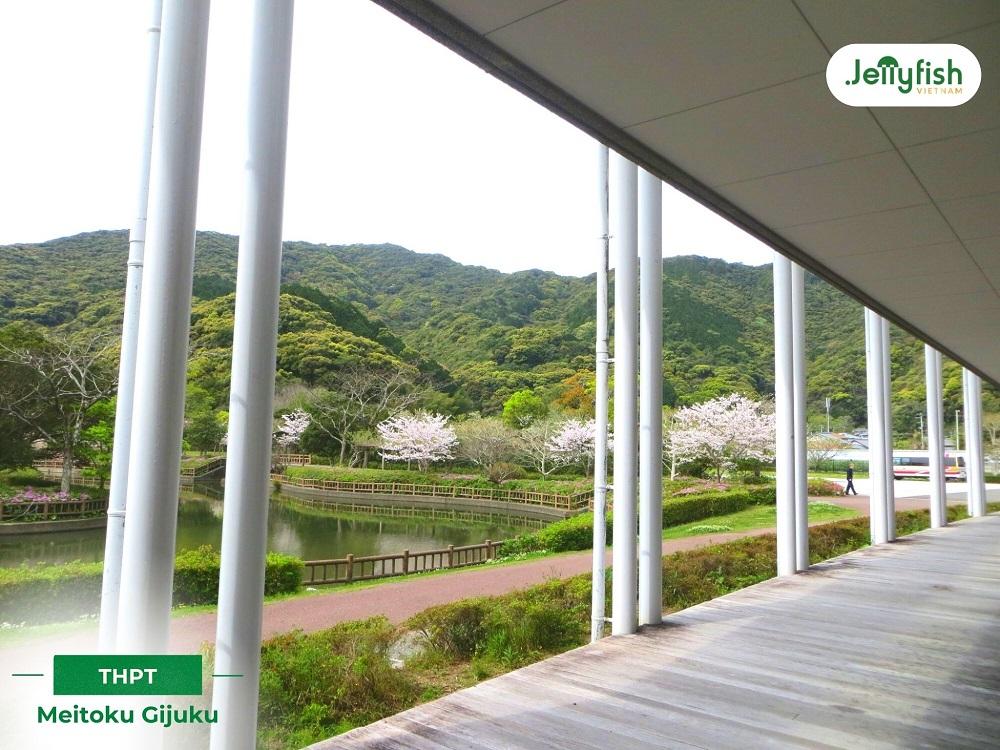 Cảnh quan khuôn viên quốc tế Ryu của Trường THPT Meitoku Gijuku