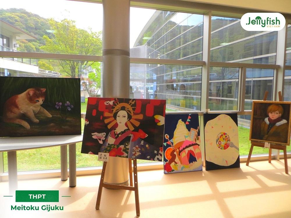 Lối đi được trưng bày các tác phẩm nghệ thuật