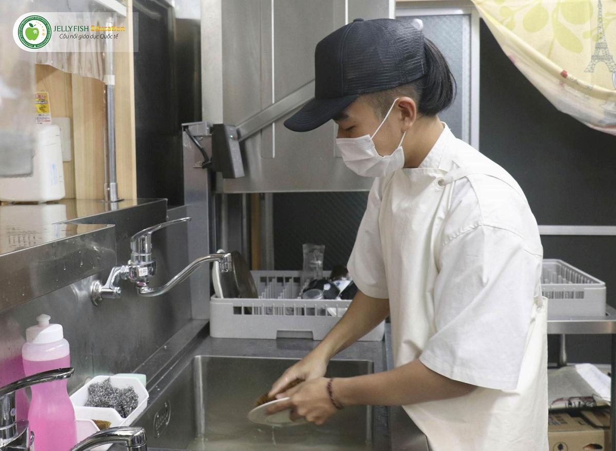 Du học sinh Lam Nhat Hai đang làm việc tại một nhà hàng tại Goto, tỉnh Nagasaki.