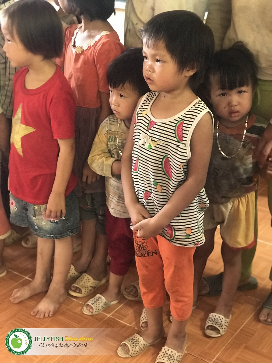 Các em nhỏ đứng yên tĩnh chờ đến lượt được phát quà