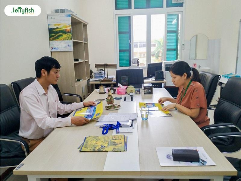 Chuyến thăm gặp mặt các cán bộ, giáo viên cũng như các bạn học sinh trường THPT chuyên Khoa học Tự nhiên
