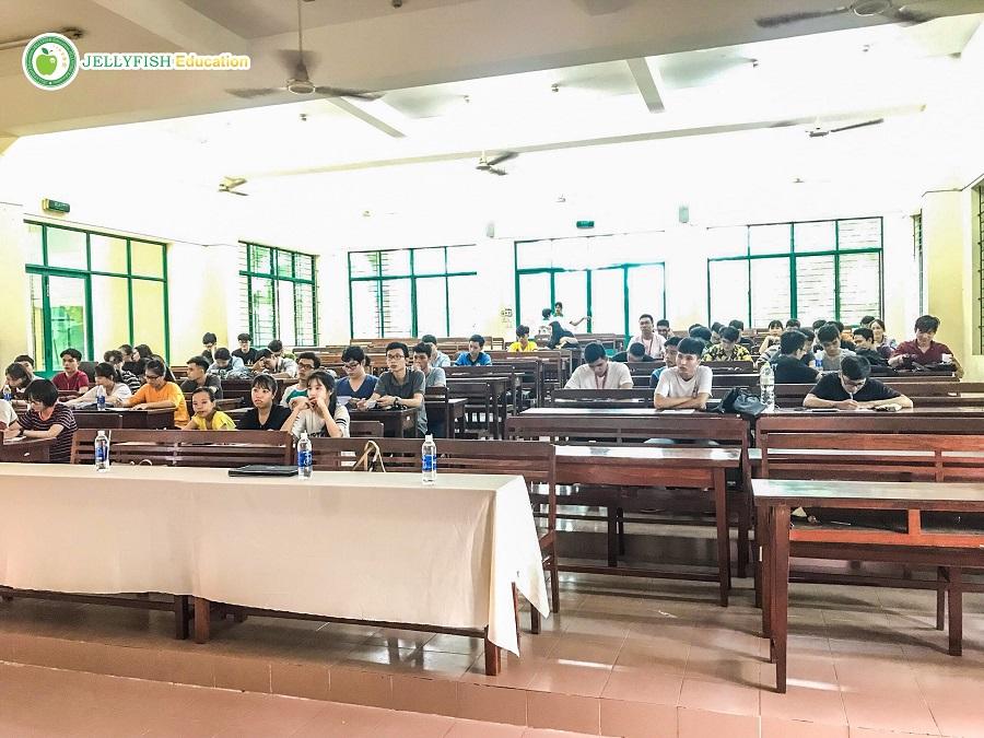 Rất nhiều bạn sinh viên đã có mặt tại hội trường từ rất sớm, ổn định chỗ ngồi và đọc tài liệu được phát trước.