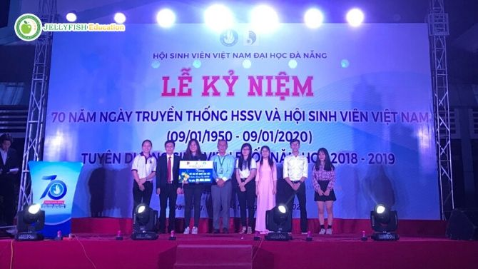 Đại diện Jellyfish trao vé xe tết cùng Hội sinh viên ĐHĐN