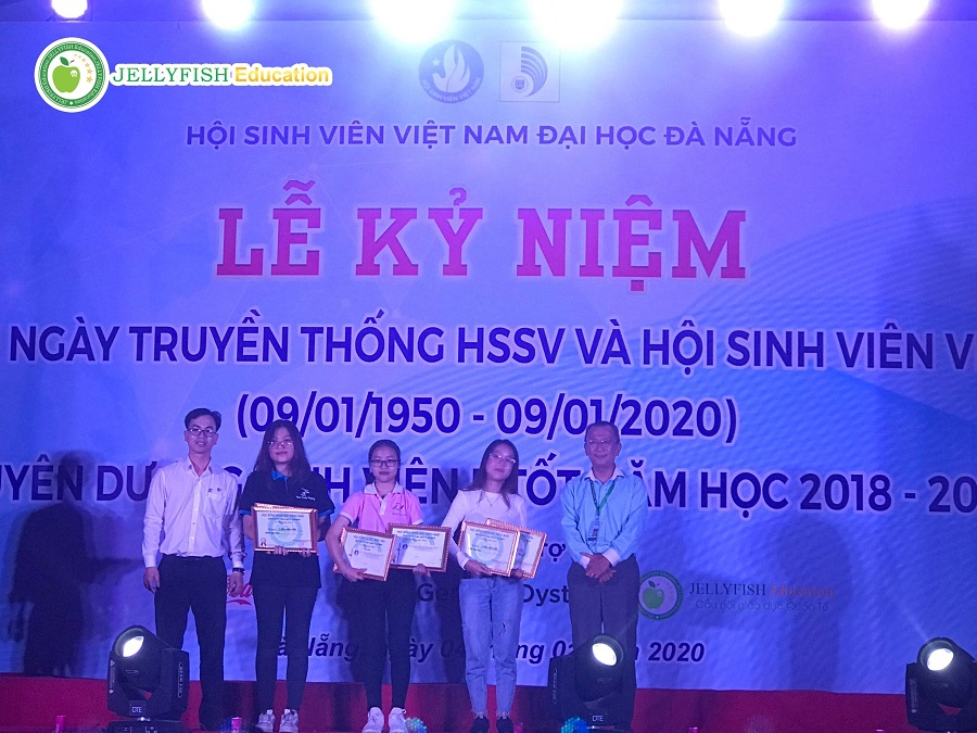 Đại diện Jellyfish trao học bổng cho sinh viên ĐH Đà Nẵng