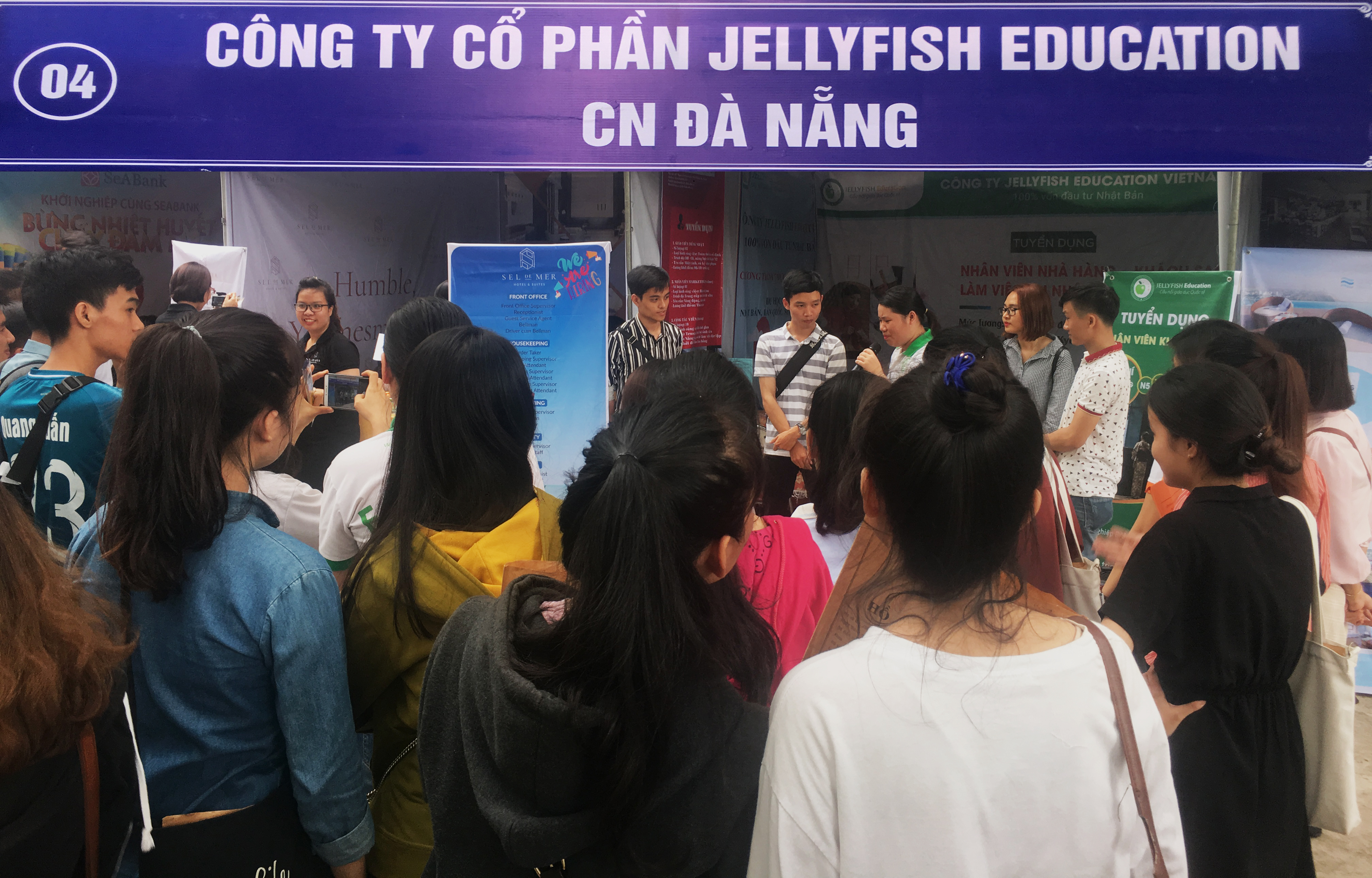 Jellyfish mang đến cho các bạn sinh viên rất nhiều trò chơi cùng những phần quà hấp dẫn như: mũ bảo hiểm, áo mưa, bookmark, voucher, bút bi, sổ tay, móc khóa,… - Ảnh 1