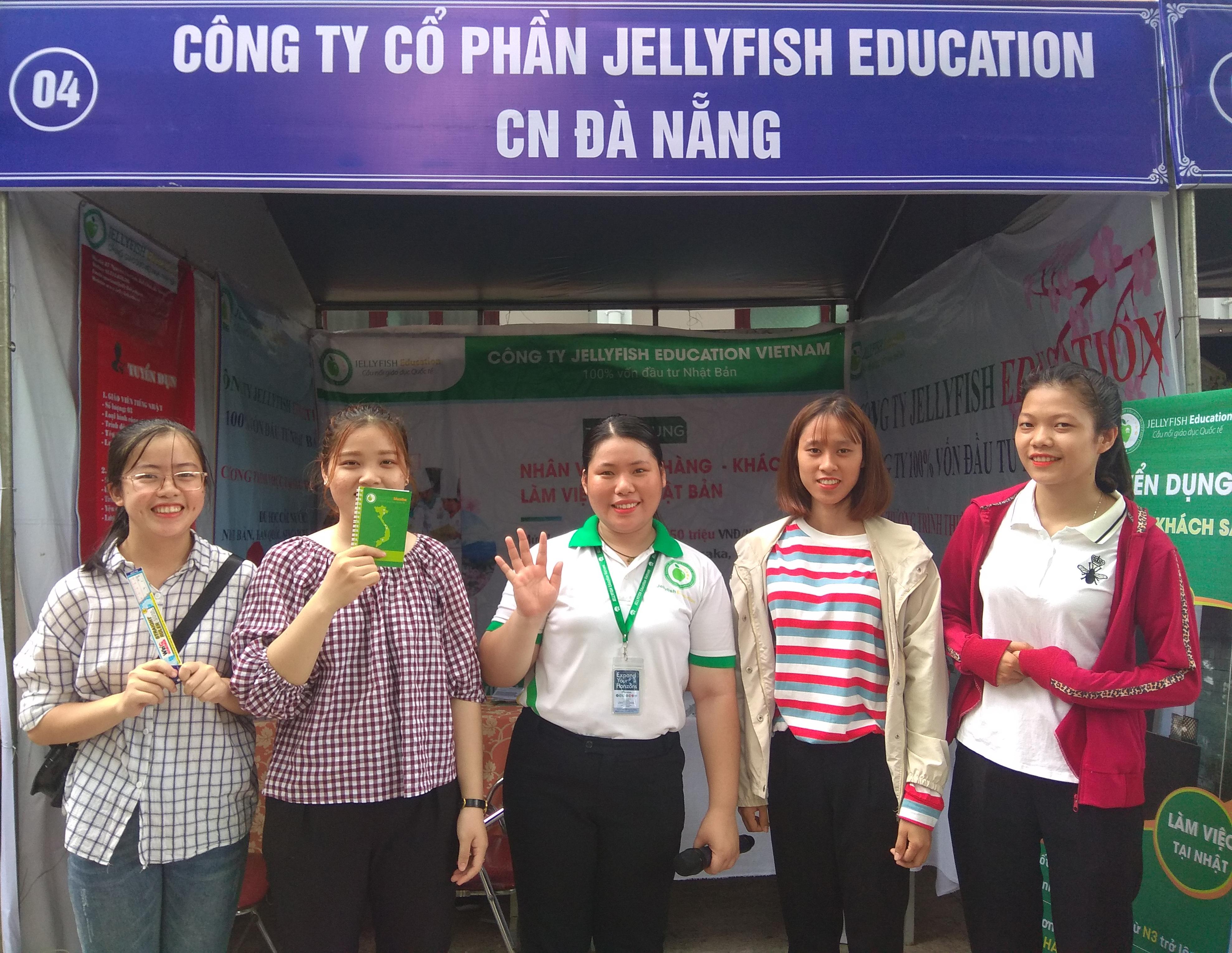 Jellyfish mang đến cho các bạn sinh viên rất nhiều trò chơi cùng những phần quà hấp dẫn như: mũ bảo hiểm, áo mưa, bookmark, voucher, bút bi, sổ tay, móc khóa,… - Ảnh 4