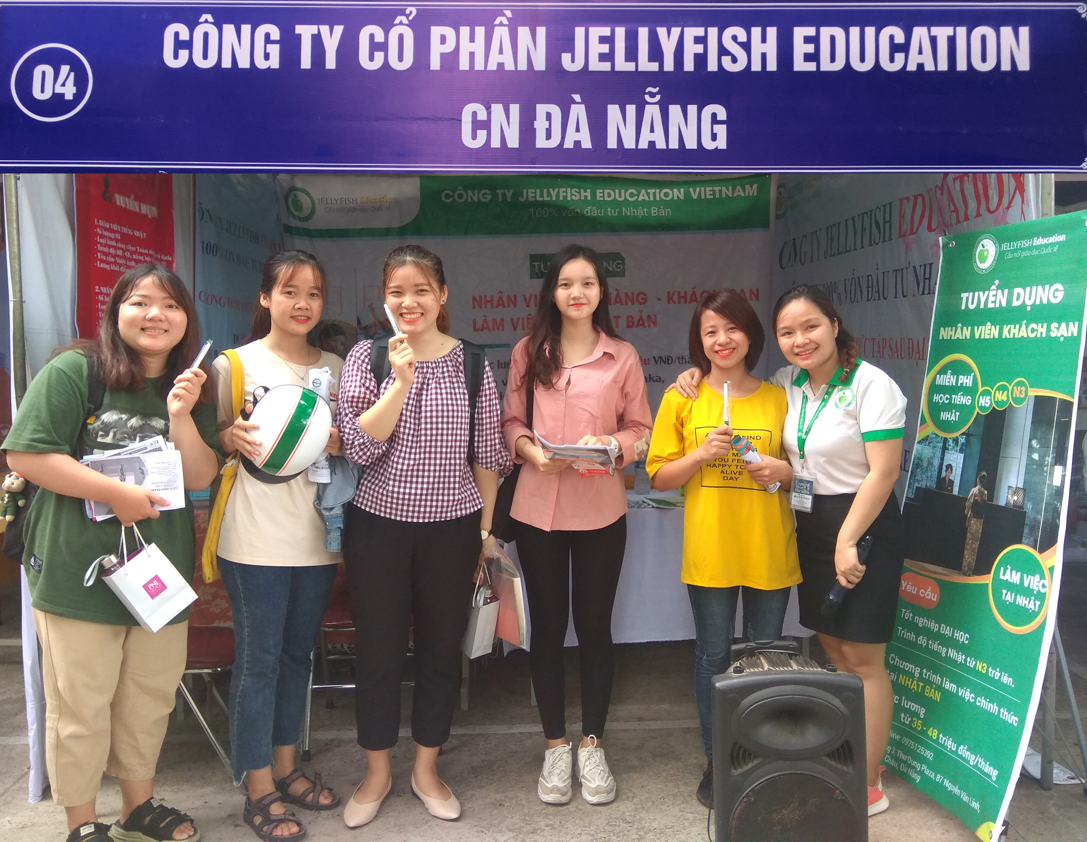 Jellyfish mang đến cho các bạn sinh viên rất nhiều trò chơi cùng những phần quà hấp dẫn như: mũ bảo hiểm, áo mưa, bookmark, voucher, bút bi, sổ tay, móc khóa,… - Ảnh 2
