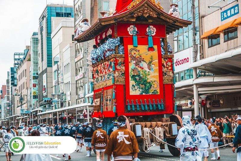 Lễ hội Gion được tổ chức tại đền Yasaka, Kyoto, diễn ra từ ngày 01/07 đến 31/07 là một trong ba lễ hội lớn nhất tại Nhật Bản