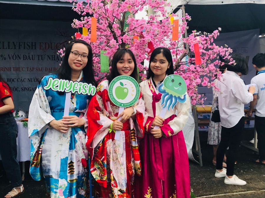 Check in cùng trang phục truyền thống 2 nước Nhật Hàn