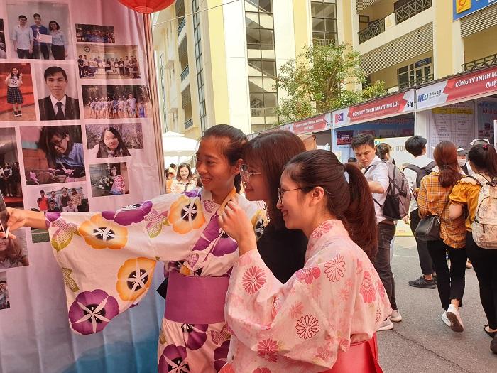 Đây còn là cơ hội để các bạn sinh viên trực tiếp trải nghiệm những nét văn hóa độc đáo của đất nước Nhật Bản như mặc thử kimono, yukata,…