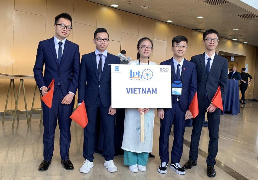 Nguyễn Xuân Ưng (ngoài cùng bên trái) và các bạn trong đội tuyển Olympic Vật lý