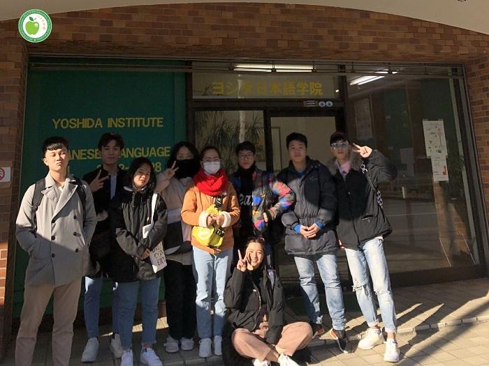 Các bạn học viên trường Nhật ngữ HUMAN và YOSHIDA đã được hướng dẫn làm thủ tục tại trường