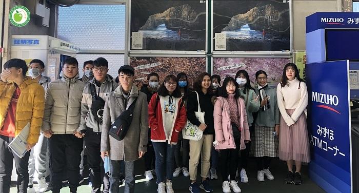 Du học sinh trường JIN - đã nhập quốc và đang đi tham quan trường