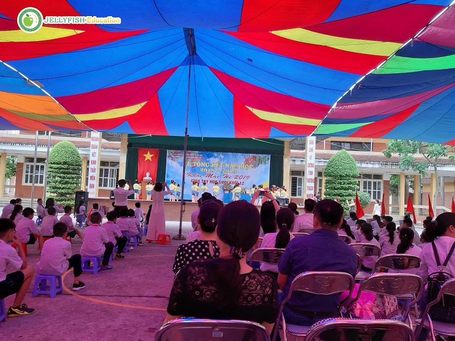 Buổi lễ bế giảng tại trường phổ thông Hecman