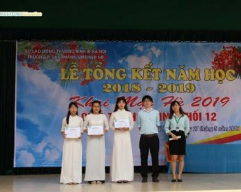 Đại diện công ty Jellyfish Education trao học bổng cho các em