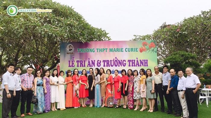 Đại diện Công ty Jellyfish chụp ảnh lưu niệm cùng thầy cô trường THPT Marie Curie