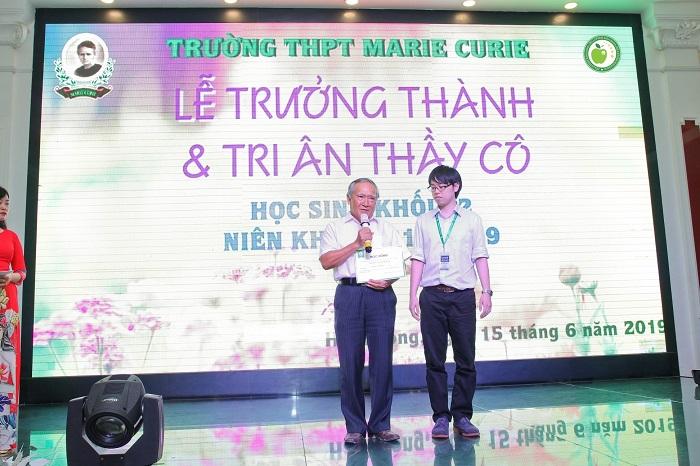 Thầy hiệu trưởng Hoàng Xuân Khóa cùng đại diện Công ty Jellyfish Education triển khai chương trình học bổng cho các em học sinh